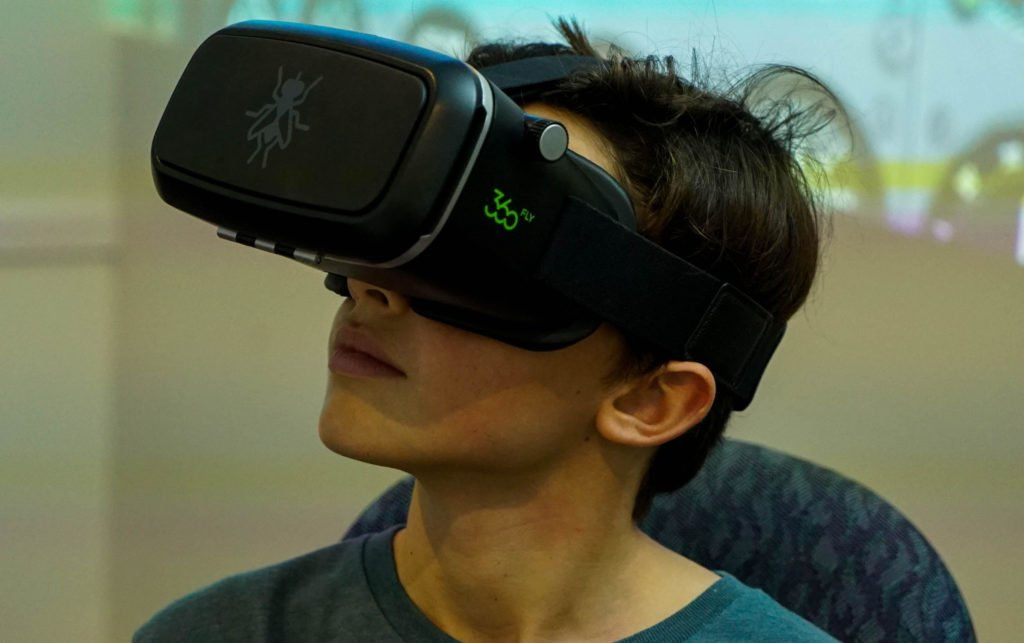 online flying lessons using VR headsets